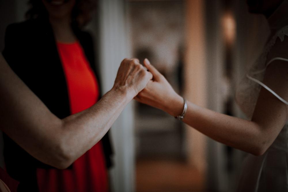 Mariage château de Bellevue, atelier emelia, emotion, mariage emotion, photographe mariage sensible, préparatifs, robe de mariée, famille