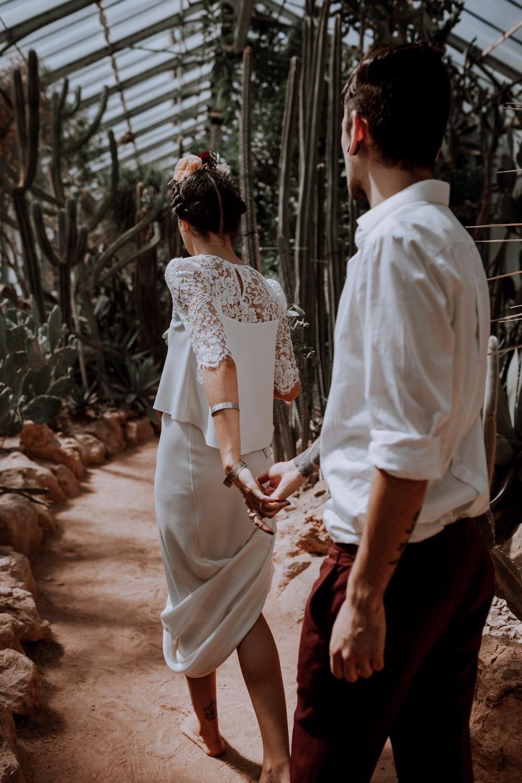 photographe mariage Lyon ,Parc de la tête d'or, Lyon, cactus, portrait, The Black Alchemy, succulantes, photographe Lyon, fauteuil en rotin, frida, serre, séance couple, main