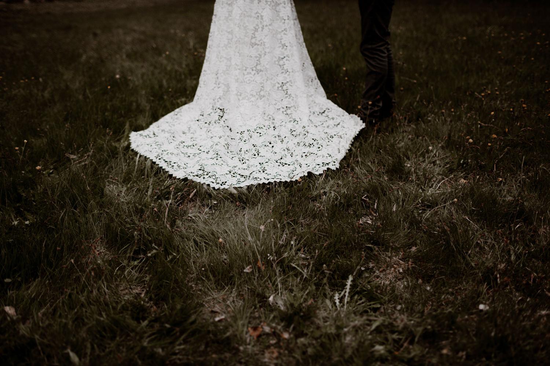 Photographe mariage Lyon - Photographe mariage Auvergne - Mariage dans la nature - Mariage éthique - Cabane Mariage - le bois basalte - Séance couple - Elopement - Séance couple nature