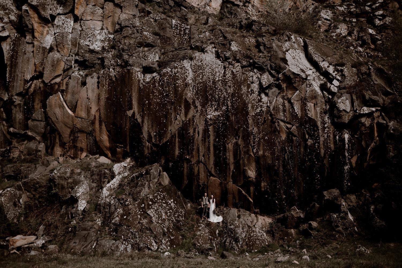 Photographe mariage Lyon - Photographe mariage Auvergne - Mariage dans la nature - Mariage éthique - Cabane Mariage - le bois basalte - paysage volcanique