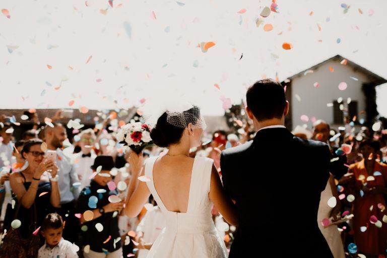 Bienvenue dans mon univers, rempli d'images de familles heureuses, de couples complices, de joie et d'émotions intenses en bref, de formidables aventures. Mon aventure à moi en tant que photographe a débuté quand j'ai réalisé la valeur de ce que sont nos souvenirs. Il se passe tellement de choses dans une vie et il est difficile de toujours avoir une mémoire claire et intacte. D'où l'importance de pouvoir se remémorer d'avoir été un jour si heureux de se marier, de revoir notre famille unie autour de nous, dans les rires, nos grands-parents au regard si bienveillant… Basée en Rhône-Alpes, j'adore découvrir de nouveaux endroits partout en France et à l'étrange. J'aime ressentir cet émerveillement face à des lieux magiques que vous me ferez à coup sûr découvrir. Je suis spécialisée dans le photo-reportage sur le vif. Je ne fais pas poser les mariés, que ce soit pour vos photos de couple ou pour votre mariage à Lyon, je privilégie la spontanéité des émotions vraies, celles qui touchent et que vous serez heureux de vous rappeler des années après. Mon but c'est avant tout de raconter votre histoire, de pouvoir vous accompagner avec bienveillance dans ce grand jour et d'immortaliser tous ces%u202Finstants que vous ne verrez pas parce que vous serez occupés à vivre tout simplement. Si vous cherchez un photographe de mariage à Lyon et que vous aimez le naturel, les instants authentiques, les vraies émotions qui font rire et pleurer, une journée à faire la fête, à s'aimer et à profiter de vos proches, alors nous nous sommes bien trouvés%u202F! Vivez votre mariage, profitez de chaque seconde et laissez-moi prendre soin de vos souvenirs ! Osez être vous même, rock'n roll ou bien tout en poésie ! Je me chargerai d'immortaliser vos éclats de rire, vos larmes, votre joie, pour que cette journée perdure pour toute votre vie. Il est très important pour moi de connaitre les futurs mariés afin de cerner au mieux les besoins et les attentes pour le jour du mariage. Afin de construire 