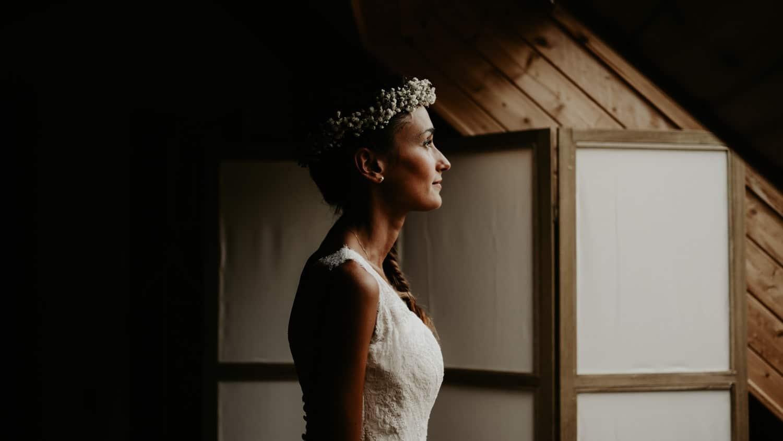 7 astuces préparatifs mariage - portrait de la mariées en robe durant les préparatifs